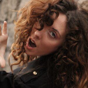 """HELLE: """"Tra le strade della mia città"""" è il nuovo singolo elettropop della cantautrice bolognese in radio dal 19 maggio"""