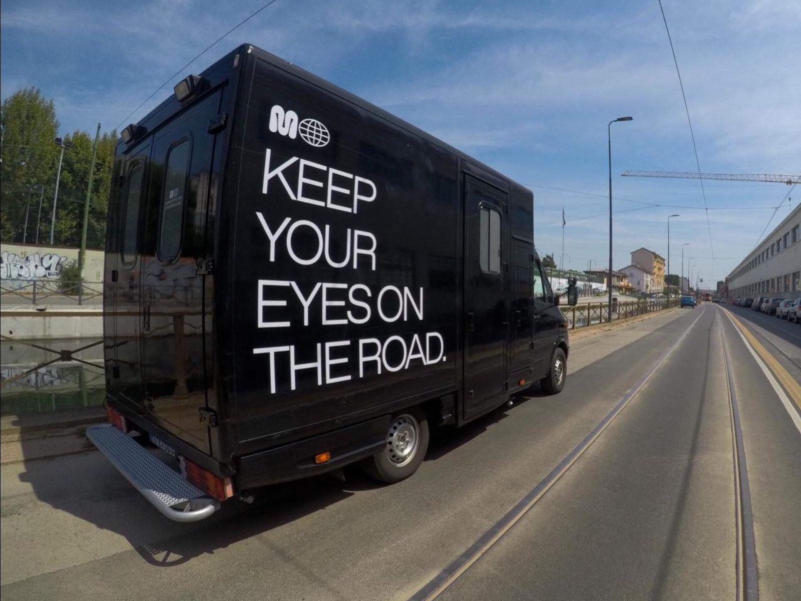 Un furgone allestito a studio mobile in tour per l'Italia.